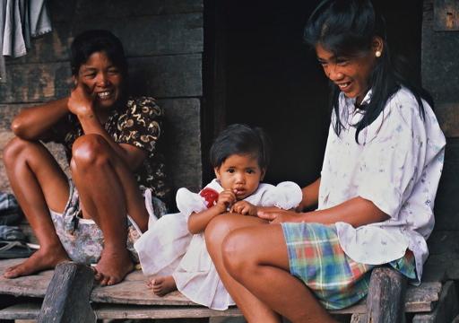 村に住まうの祖母・母・娘。女性だけが住まいを相続する