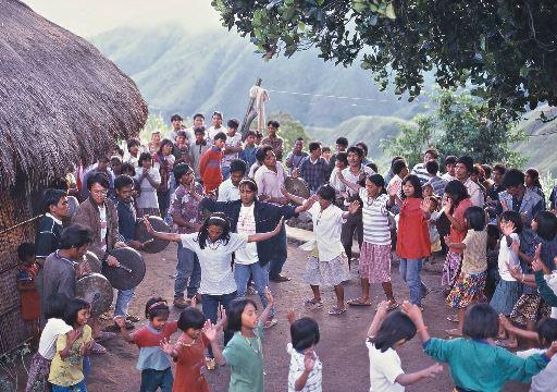 パットンを踊る村人達