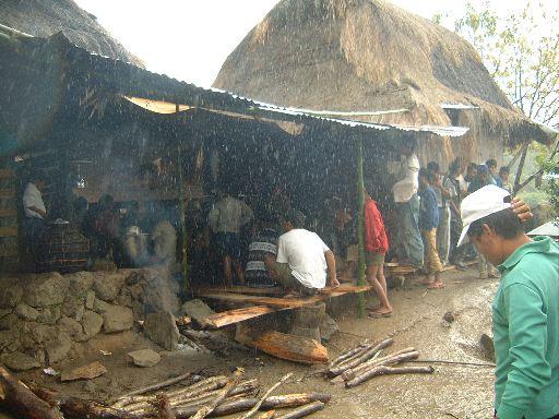 遺体が安置される住居のまわり(ファクンゴン)。男性のみが住居の周囲にたたずむ。女性は住居の中に留まっている。