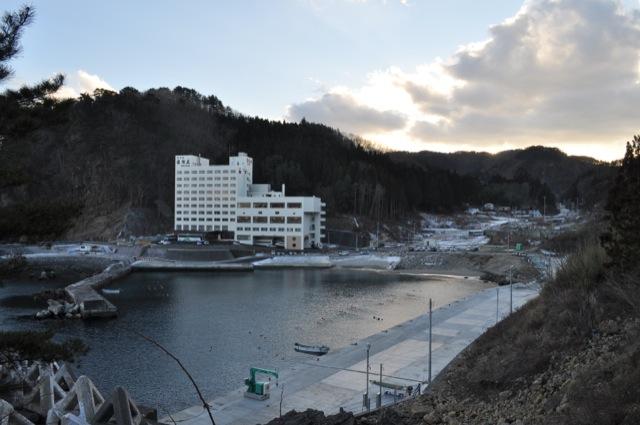 田野畑村羅賀。白いビルはホテル羅賀荘。