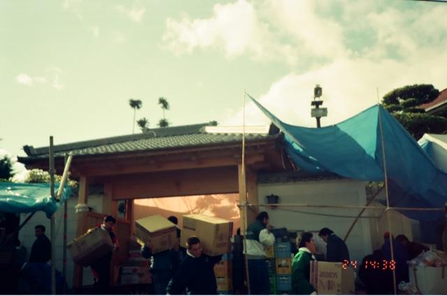 阪神淡路大震災後に被災者支援を行なう山口組。本部前にて撮影