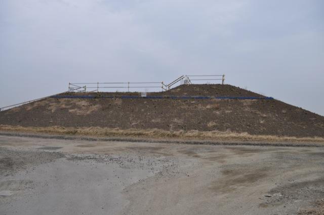 公民館跡地につくられたかさ上げの高さを示すための現地確認場