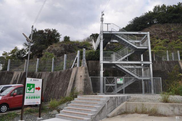 今年度海南市に新たにもうけられた避難のための階段。ハードでもソフトでも「希望」を持つことで「あきらめ」に打ち勝つことが重要。