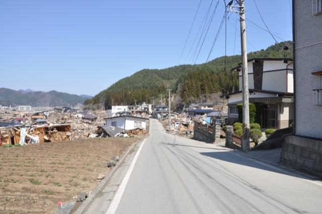 浸水域でほとんどの住宅が流失しているが、浸水していない場所では何事もなかったかのよう。岩手県釜石市鵜住居町、2011年4月10日撮影