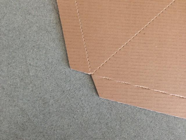 4箇所の穴に定規を当てて、リブを残して切ります。穴と穴を結ぶ線は折り目を入れます。